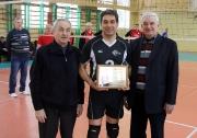 вручение красочной плакетки от Федерации волейбола РТ юбиляру Шайхутдинову Альфреду